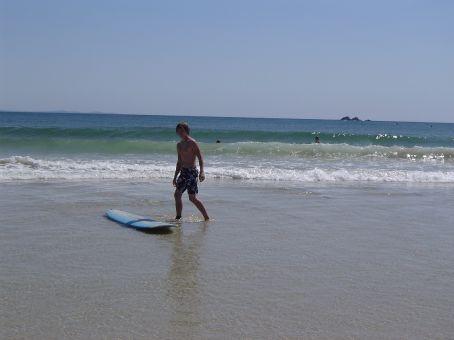 Aus dem Wasser mit Surfbrett.