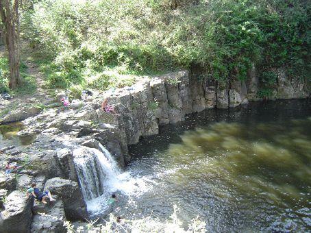 Ein natuerlicher See mit Wasserfall  - Bei den Einheimischen ein beliebter Ort zum Schwimmen.