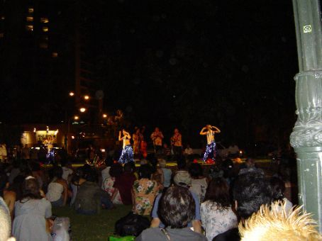 Abendunterhaltung mit Hula-Dance am Waikiki Beach.