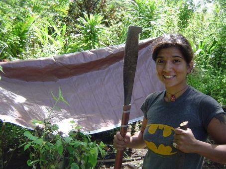 Wendy vor ihrem neu gebauten Zelthaus.