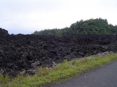 Vor dreissig Jahren wurde die Gegend um die Farm inkl. eines Dorfes mit ueber einhundert Haushalten von der Lava verschluckt.