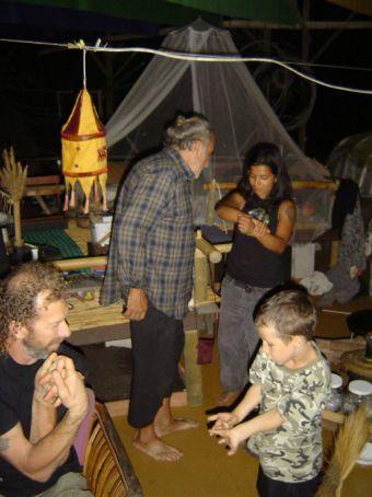 Am Samstagabend im 5-Star-Drop-In-Center ... Im Vordergrund Nachbar Bob mit dem Sohn einer weiteren Besucherin, im Hintergrund Mikel und Wendy.