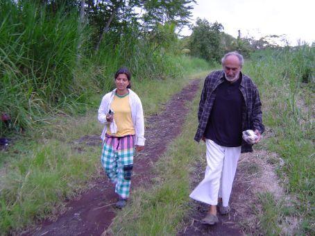 Wendy und Mikel auf dem Weg von der Farm.