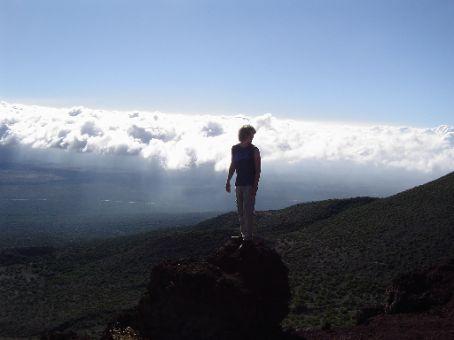 Mauna Kea mit Wolken auf halber Hoehe.