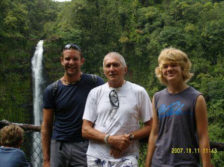 Von links nach rechts: Matthew, Giorgo und ich vor dem Akaka Fall.