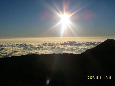Die Sonne vor dem Untergang auf dem Mauna Kea.
