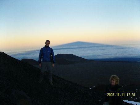 Matthew und ich (rechts unten im Bild) vor dem sich erhebenden Schatten des Mauna Kea.