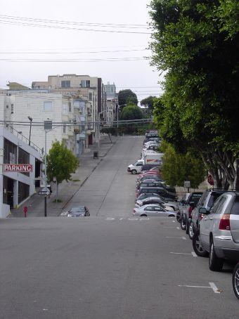 San Francisco ist huegelig mit EXTREM steilen Strassen.