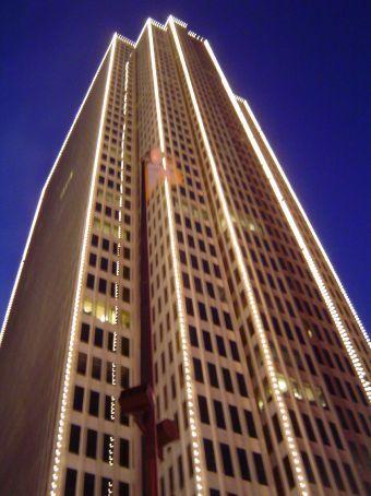 Nachts in San Francisco - Verzierung eines Wolkenkratzers im Financial District.
