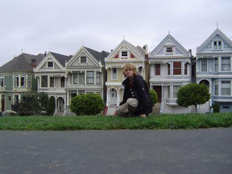 Vor den 'Painted Ladys', DER viktorianischen Haeuserzeile San Franciscos. Obwohl ich andere Ecken viel schicker fand.
