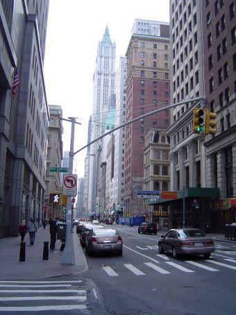 Am Broadway mit dem Woolworth Building im Hintergrund.