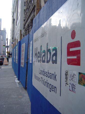 Am Broadway nahe der City Hall: This project is financed by Sparkassen-Finanzgruppe Hessen-Thueringen ...