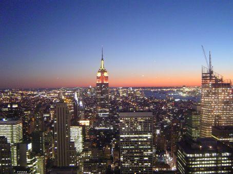 Blick vom Rockefeller Center auf den Sonnenuntergang vor der Skyline Manhattans: In der Mitte das Empire State Building.