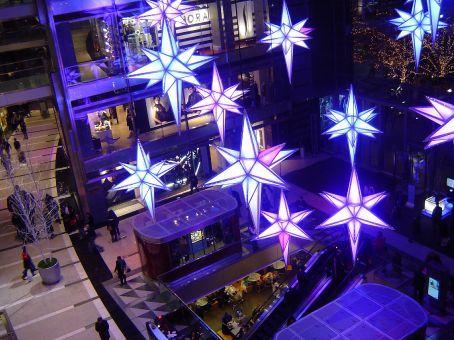 Mall am Columbus Circle: Weder kosten noch Muehen werden gescheut um den Kunden in Weihnachtsshoppinglaune zu versetzen.