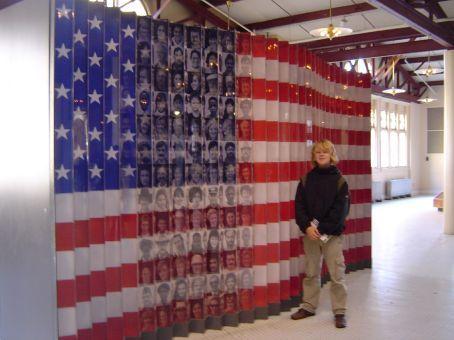 Auf Ellis Island - Flagge mit Gesichtern in der Ausstellung.