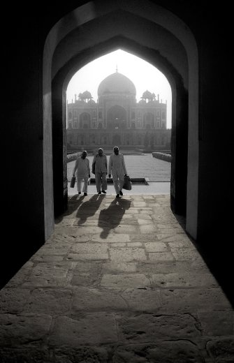 The first rays of the sun bring out the beauty of characteristic arches of Mughal architecture at Humayun´s Tomb, a world heritage site in New Delhi.