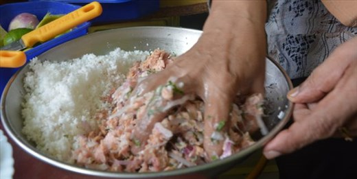 Make sure you use your hand to mix mas (tuna) with the huni (coconut)