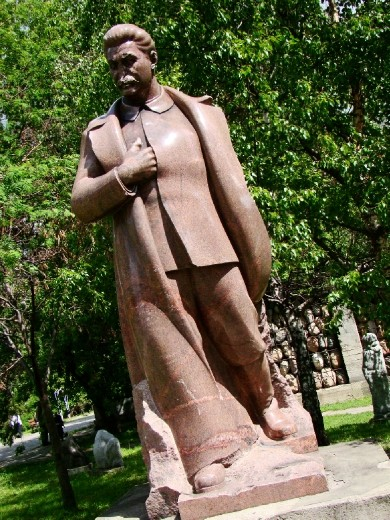 Statue of Stalin whose nose has been broken off
