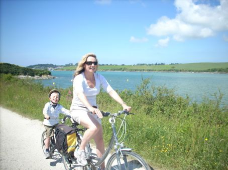Bron and Hammy cycling back to Wadebridge from Padstow