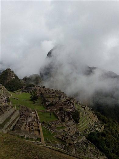 Usvan peittämä inkojen pyhä ja salainen ihmekaupunki.