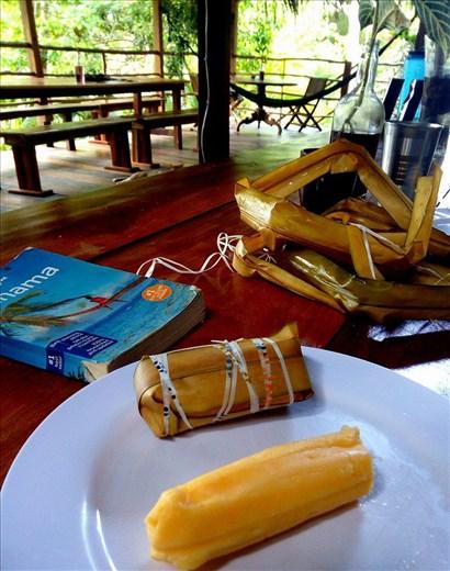 Maissijauhoista keitetty lehteen kääritty panamalaisherkku bollo.