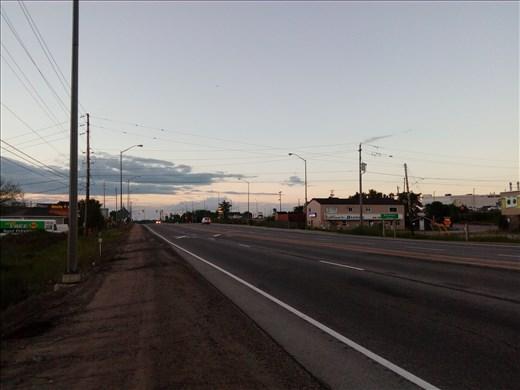 Pohjoisen pallonpuoliskon aamuauringon valaisemalla valtatiellä.
