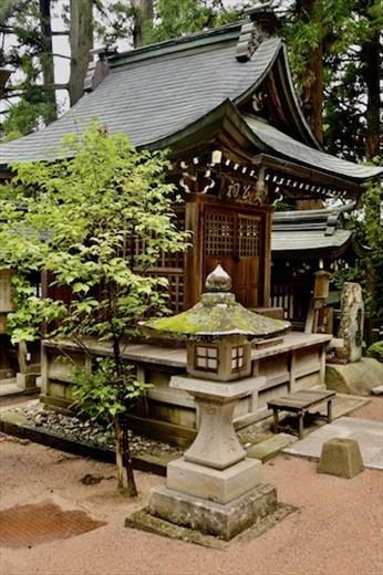 Stone lantern and shrine, Sakurayama Hachimangu