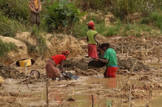 Gold panning, Andasibe NP