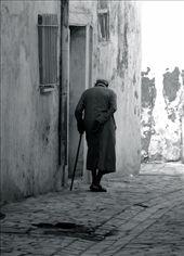 Old man in the medina, Kairouan: by vagabondstoo, Views[274]
