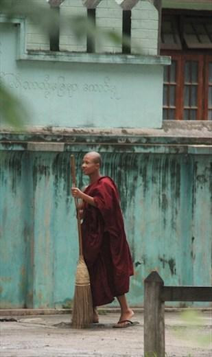 Monk sweeping, Nyaung Shwe