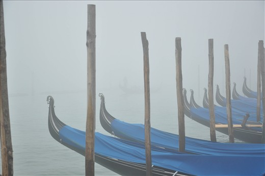 The tipical fog over the gondole which are waiting for their passengers