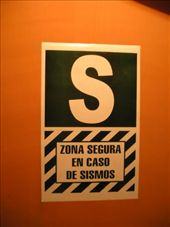 A common sign in Peruvian buildings, it says ´Stand here if there´s an earthquake´. : by willlou, Views[431]