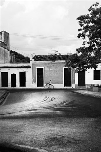 Sometimes, as in Camagüey, the street is a real picture, wonderful when it has just rained. And the Cuban people keep on to moving and keep on living on the streets.