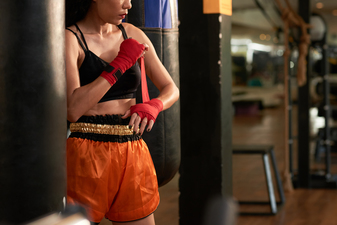 Thumb muay site cropped sportswoman preparing for boxing exercise in a gym