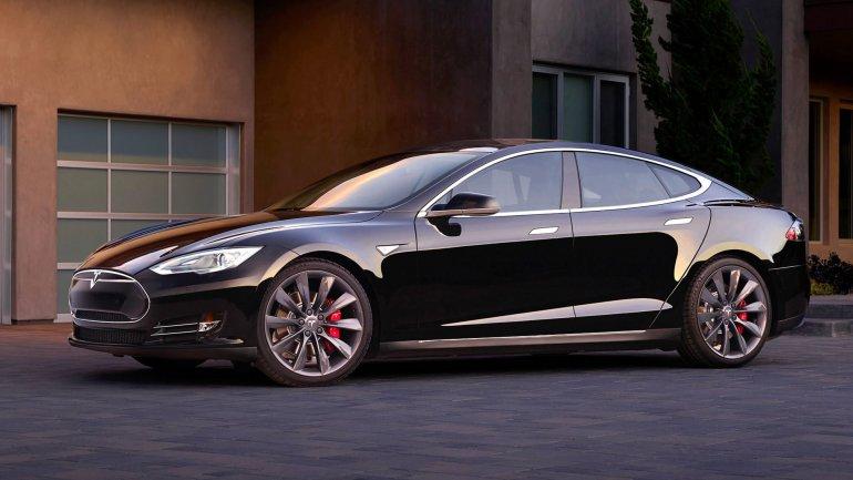 Tesla, la compañía de Elon Musk, inventó el Model S, un vehículo con semi autonomía