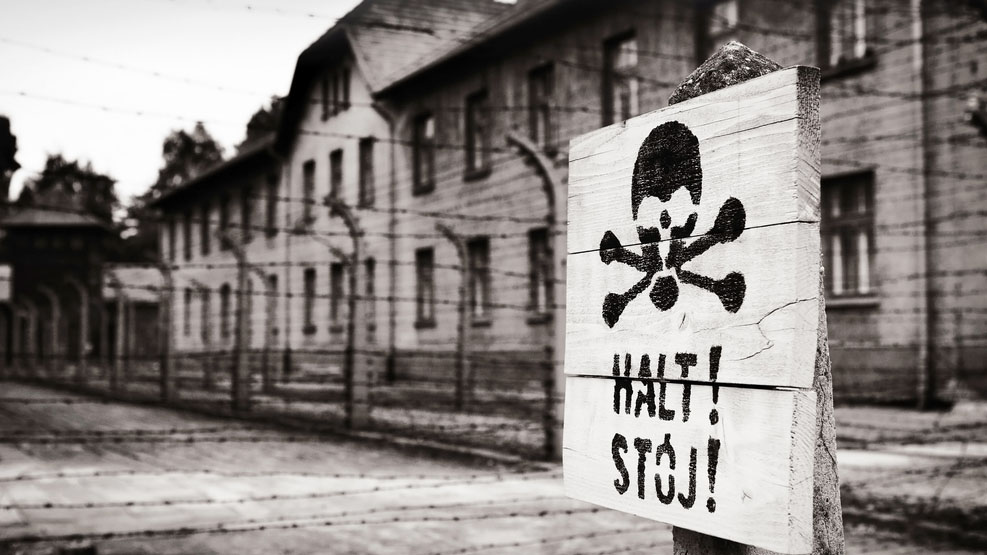 Un cartel en el campo de concentración de Auschwitz. (Shutterstock)