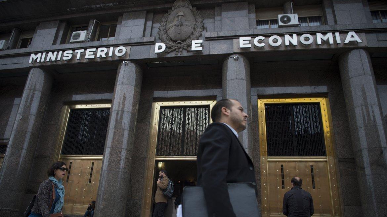 Hacienda licita bonos en pesos y en dólares varias veces por mes