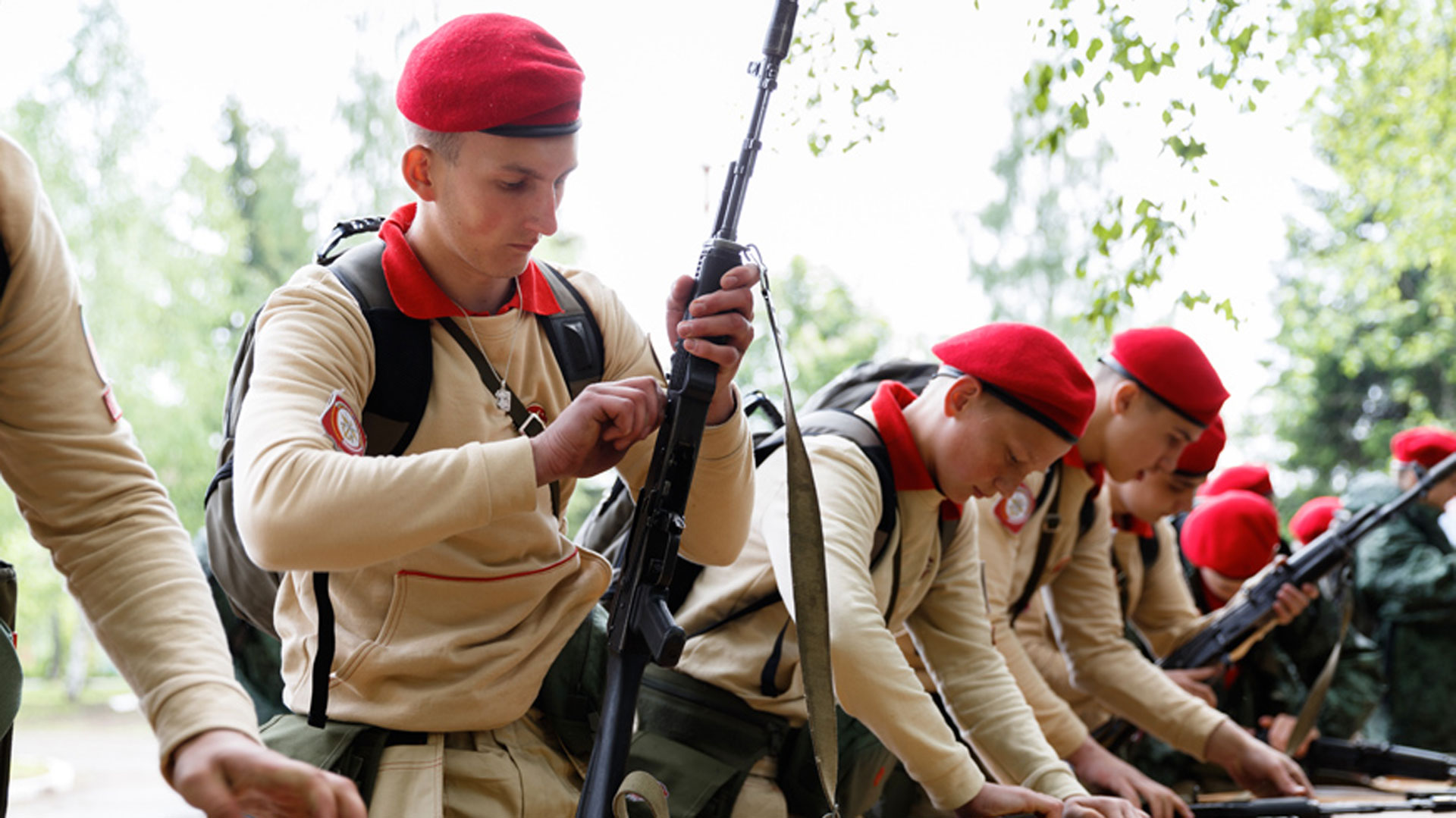 A los niños y adolescentes les enseñarán a utilizar armas de todo calibre