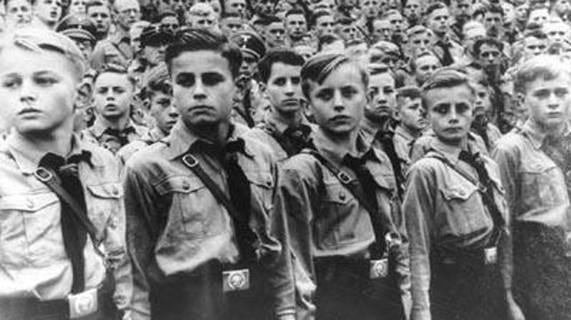 Las Juventudes Hitlerianas fueron creadas en 1926 para crear un nuevo sistema de adiestramiento a los jóvenes alemanes. Fue el caldo de cultivo para el nazismo