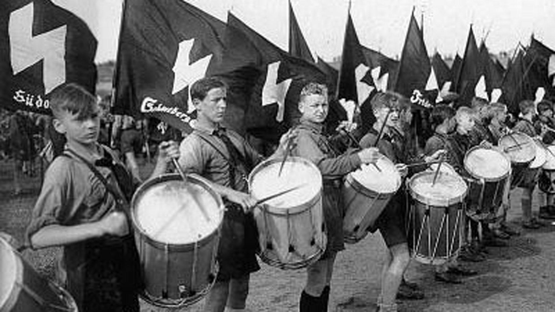 """Los """"valores"""" que se enseñaban eran el patriotismo, la camaradería y el fanatismo por Adolf Hitler"""