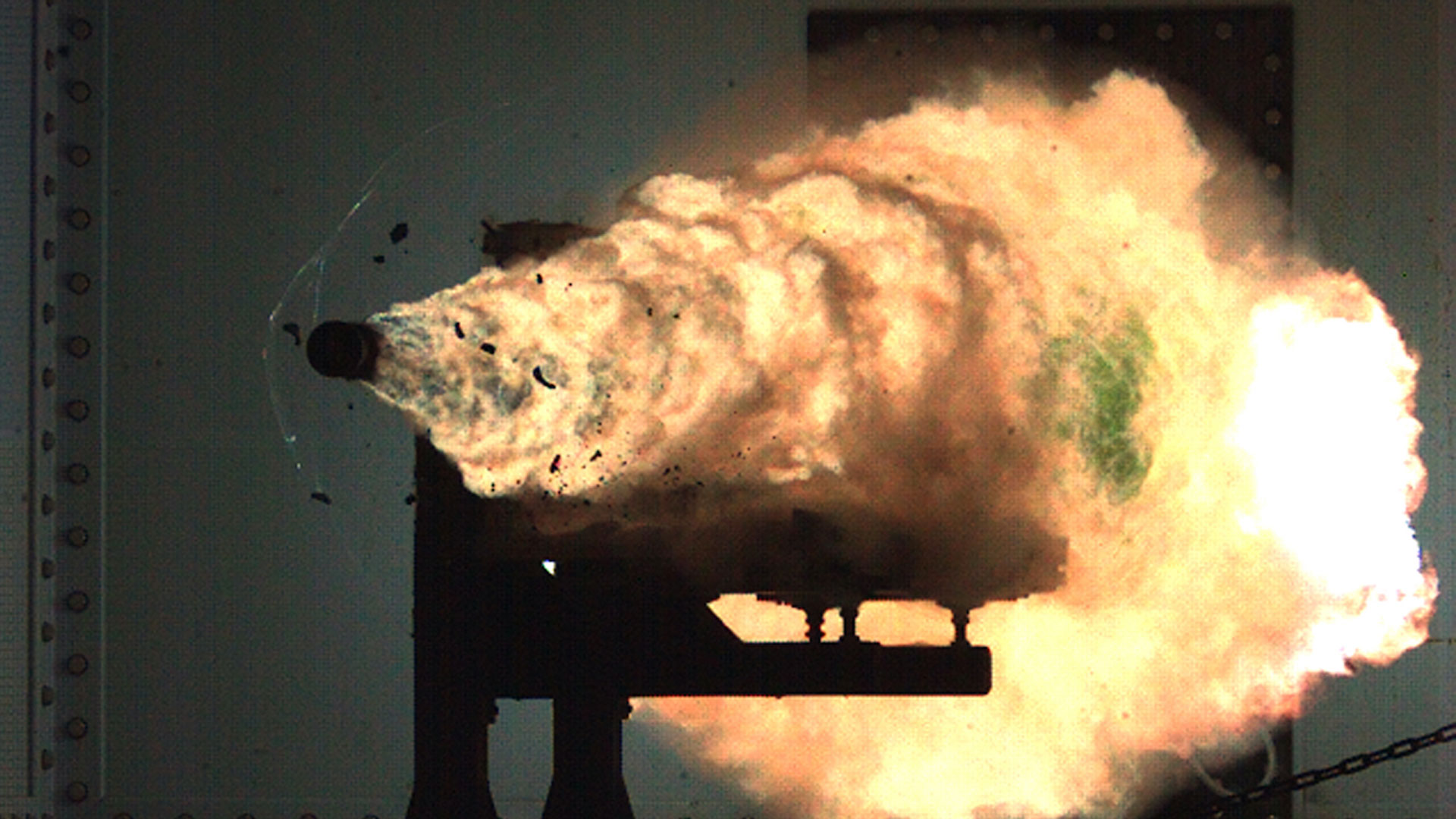 Los proyectiles del arma de rieles electromagnética alcanzan una velocidad superior a los 7.200 km/h