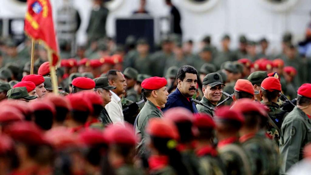 Maduro rodeado de militares