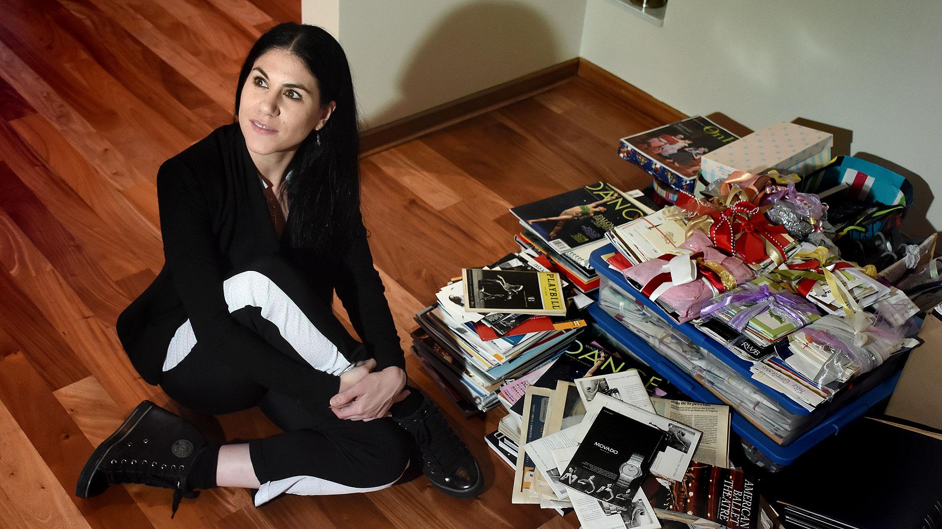 La ex bailarina, junto a todos los recortes de revistas, diarios y las cajas de cartas de sus segudiores (Nicolás Stulberg)