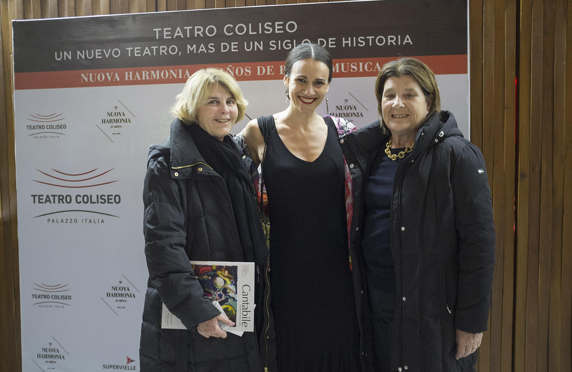 Magdalena Cordero junto a Elisabetta Riva, directora del Teatro Coliseo y del ciclo Nuova Harmonia, y María Teresa Cordero