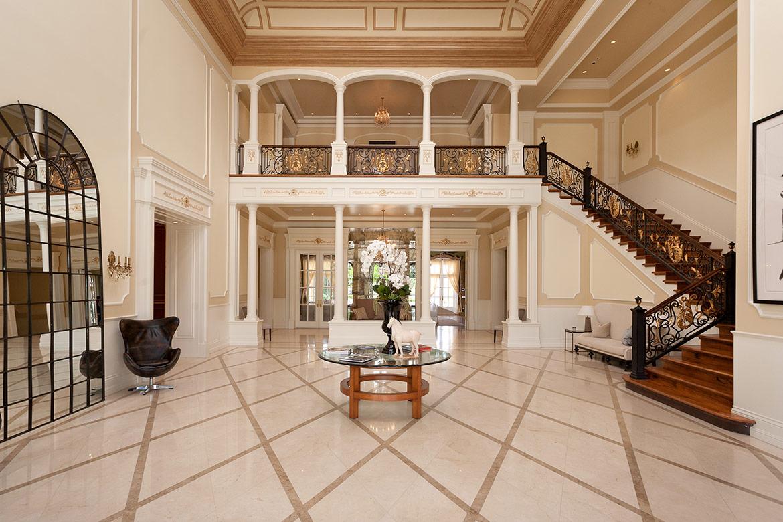 La casona sorprende por su decoración inspirada en el Palacio de Versalles