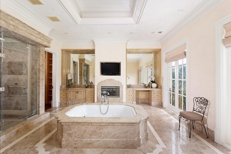 Una de las 12 espectaculares salas de baño de la propiedad