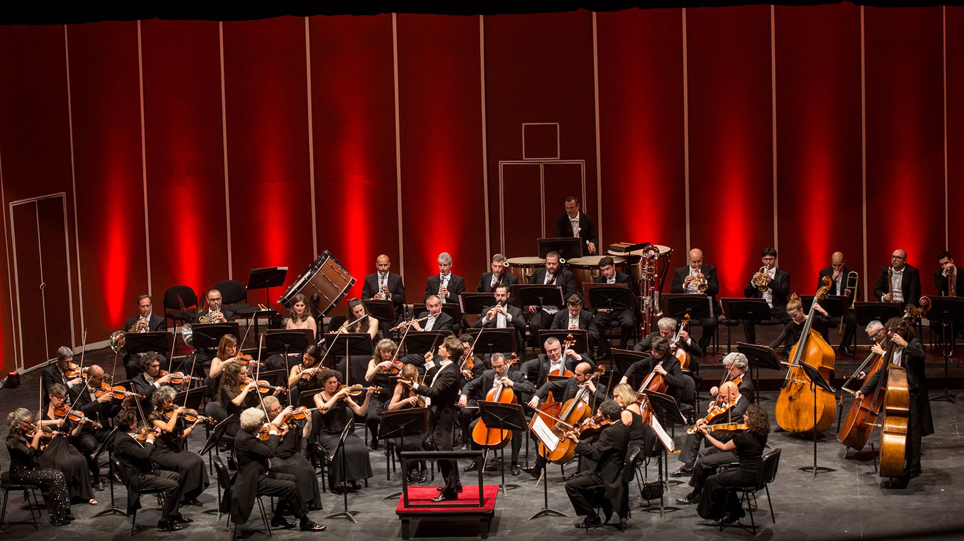 La Orchestra della Toscana se formó en Florencia, en 1980. Su repertorio abarca desde el barroco hasta los compositores contemporáneos, dedicando amplio espacio a Mozart, Haydn y todo el Beethoven sinfónico