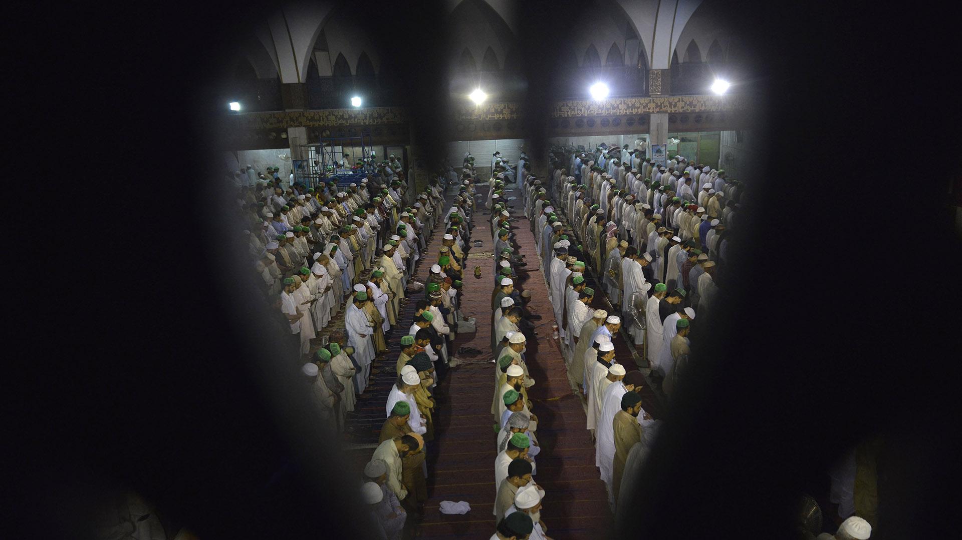 En Ramadán se vive de noche, porque es en las horas nocturnas cuando los creyentes comen, se reúnen, van a la mezquita, vuelven a comer, ven la televisión y hasta celebran conferencias y reuniones de trabajo. Durante el día, los musulmanes se dedican a rezar y leer versos del Corán (AFP)