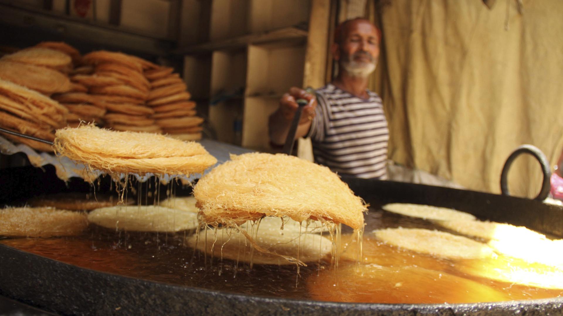 Un pastelero prepara el tradicional phayunian antes del fin del ayuno en Hyderabad (EFE)