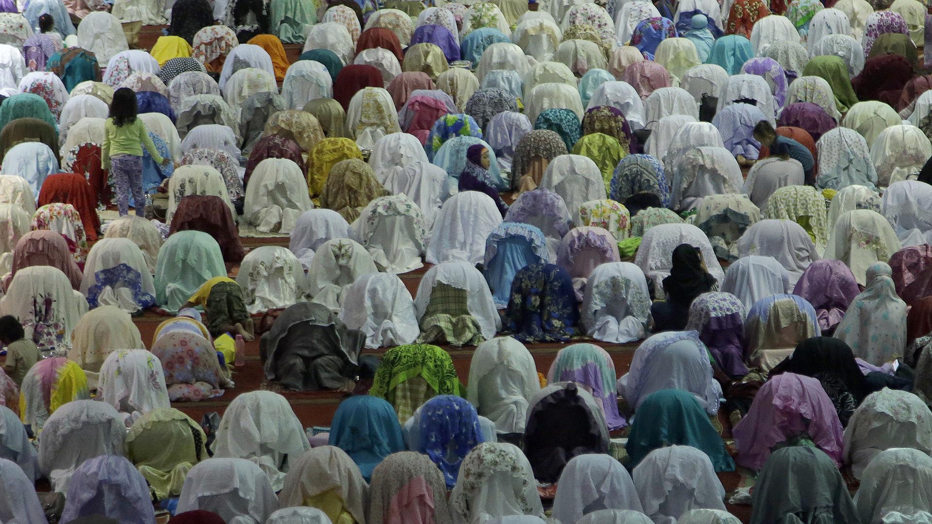 Musulmanes de todo el mundo celebran el mes del Ramadán, durante el cual no pueden comer, beber, fumar ni mantener relaciones sexuales desde el alba hasta la puesta del sol (Reuters)